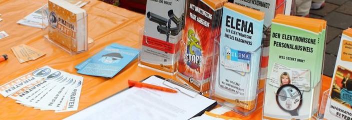 Flyer und Aufkleber bei einem Infostand