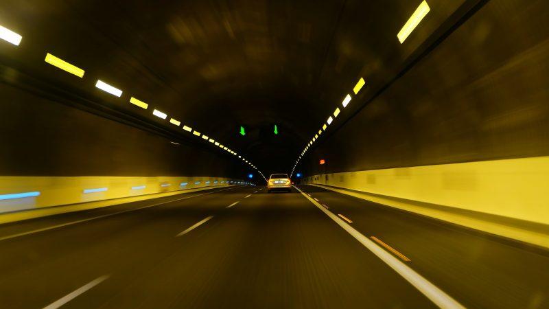 Bild von einem Straßentunnel (CC0 htomek)