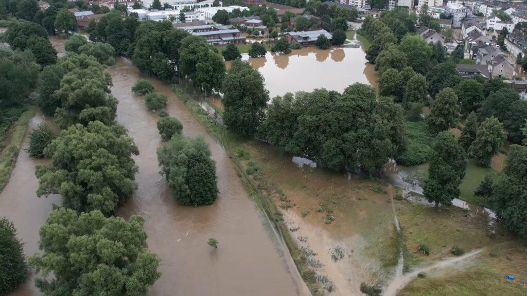 Screenshot eines Drohnen-Videos mit Ansicht der von der Wupper überfluteten Schusterinsel und der benachbarten Straßen in Leverkusen-Opladen