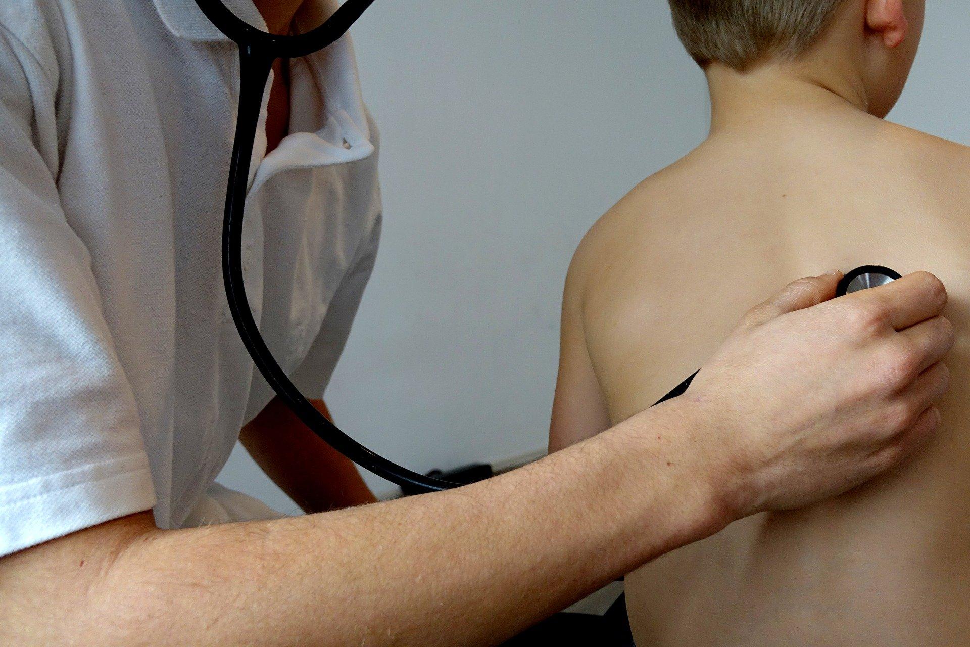 Arzt untersucht Kind mit Stethoskop