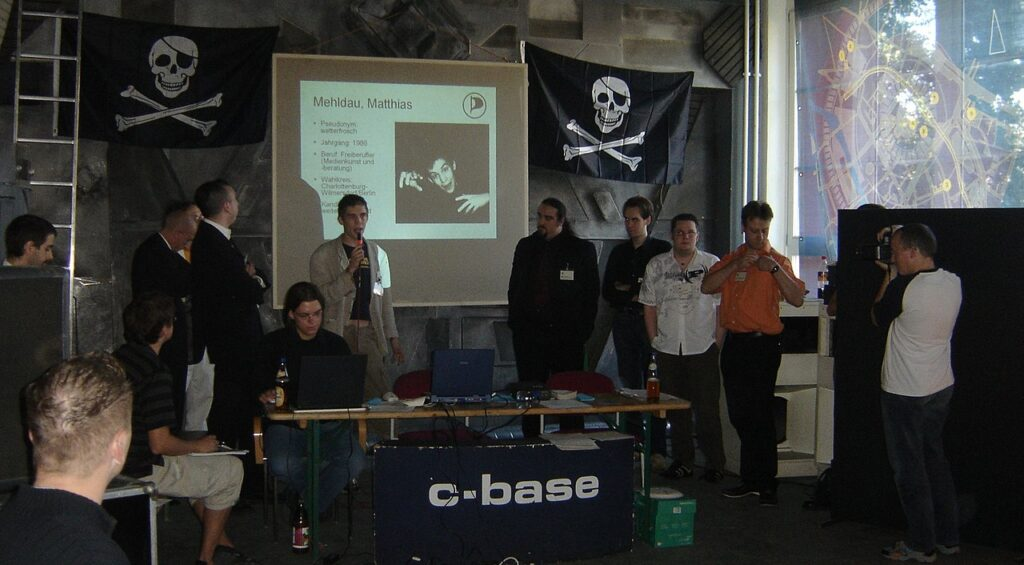 Foto von der Gründung der Piratenpartei Deutschland am 10.09.2006 in der c-base in Berlin