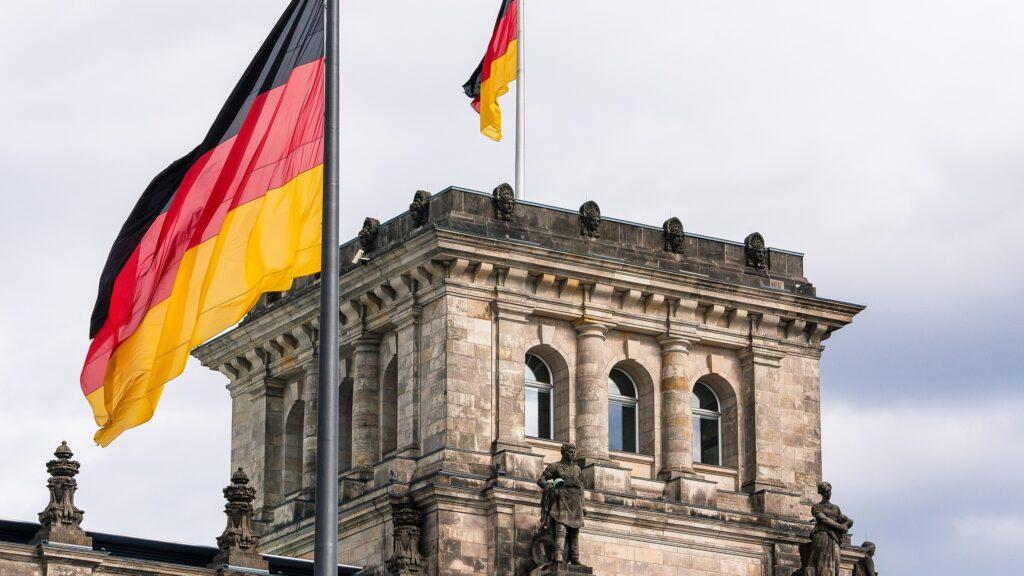 Reichstag mit Deutschlandfahnen
